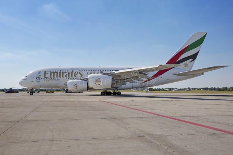 PRAGUE - 1er juillet 2015 : Émirats Airbus A380 chez Vaclav Havel Airport Prague le 1er juillet 2015 image stock