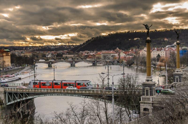 Prague flod och charles bro royaltyfri fotografi