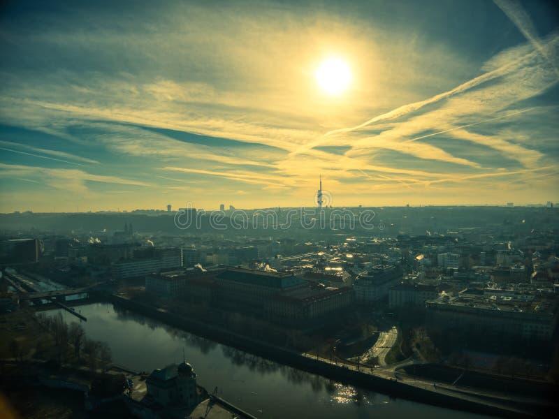 Prague flyg- sommar över torn för vltava flodkontur royaltyfria foton