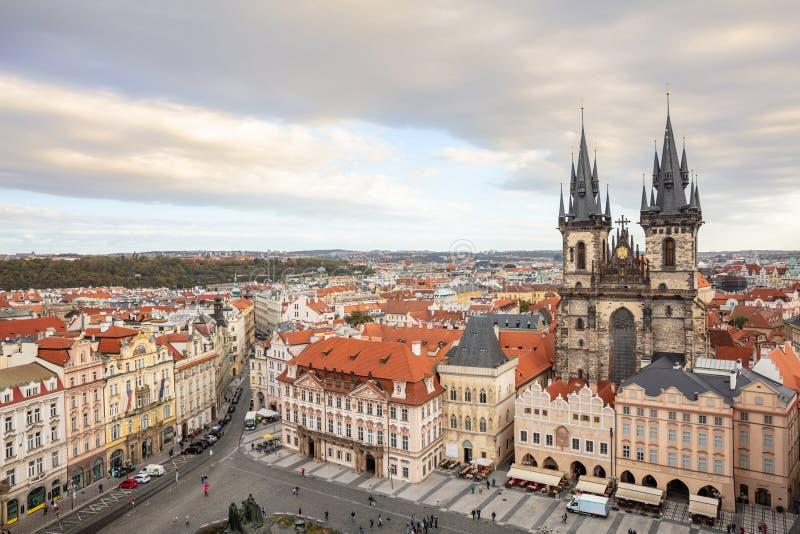 Prague gammal stadfyrkant, flyg- sikt, Tjeckien, molnig dag fotografering för bildbyråer