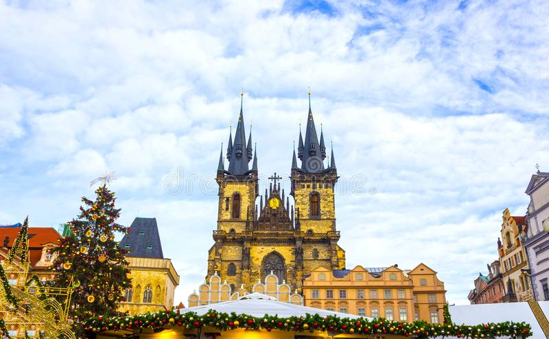 Prague gammal stadfyrkant och kyrka av modern av guden för Tyn i Prague, Tjeckien arkivfoton