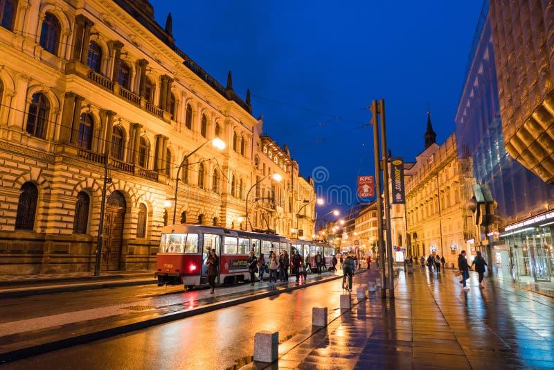Prague gatasikt p? natten royaltyfri fotografi