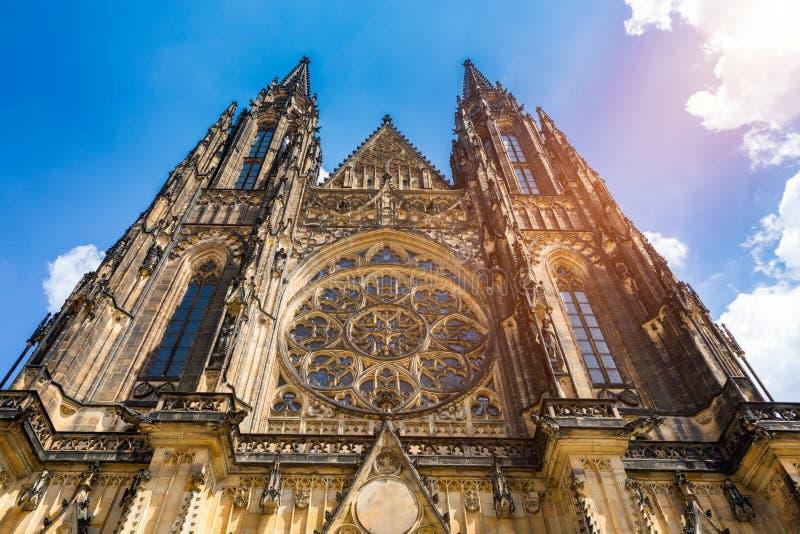 Prague, gotiska torn och St Vitus Cathedral f?r klocka St Vitus ?r ett romerskt - den katolska domkyrkan i Prague, Tjeckien panor royaltyfri foto
