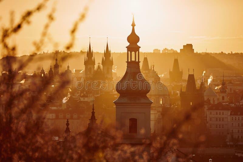 Prague horisont på att förbluffa soluppgång arkivbilder