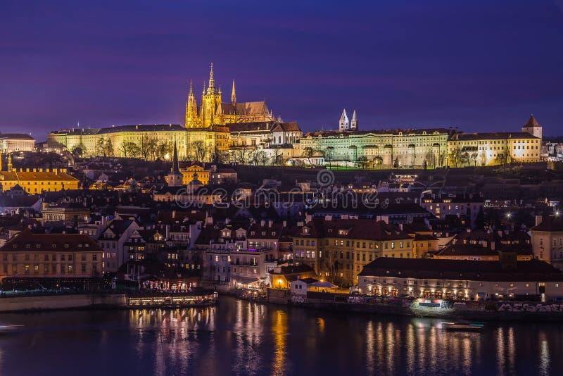 Prague horisont på skymning royaltyfria foton