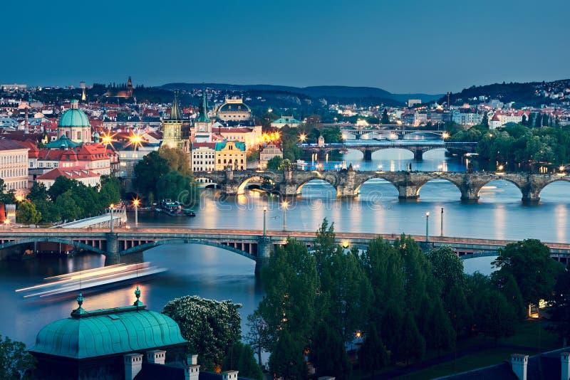 Prague horisont på skymning royaltyfri fotografi