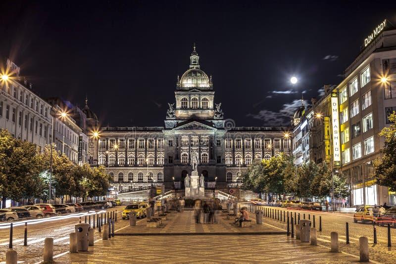 Prague huvudsaklig gata med det nationella museet som är främst på natten royaltyfri foto