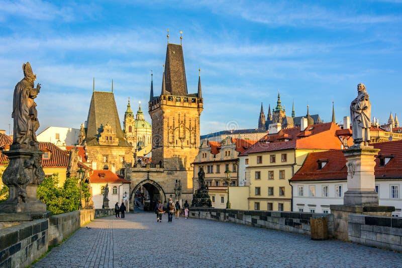 Prague huvudsakligt symbol på gryning: Charles Bridge, Lesser Town Bridge Towers och Prague castel Tjeckien Bohemia royaltyfri foto