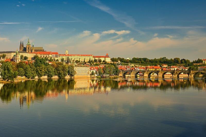 Prague huvudstad av Tjeckien Scenisk solnedgångsikt av den gamla stadpirarkitekturen och Charles Bridge över den Vltava floden royaltyfria foton