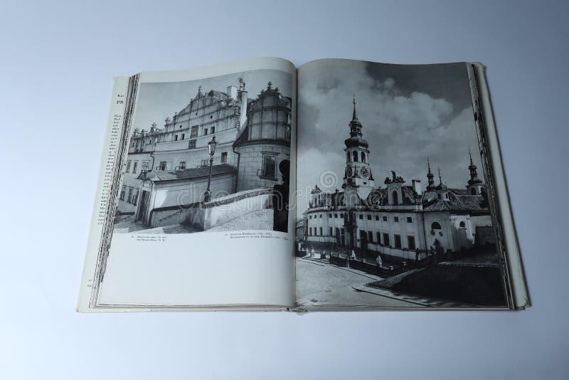 Prague i bildbok av Karel Plicka Gator i Prague arkivbild