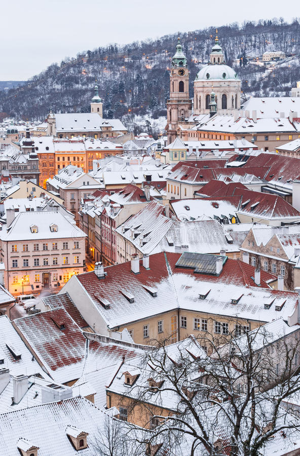 Prague i vintertid, sikt på snöig tak arkivbild