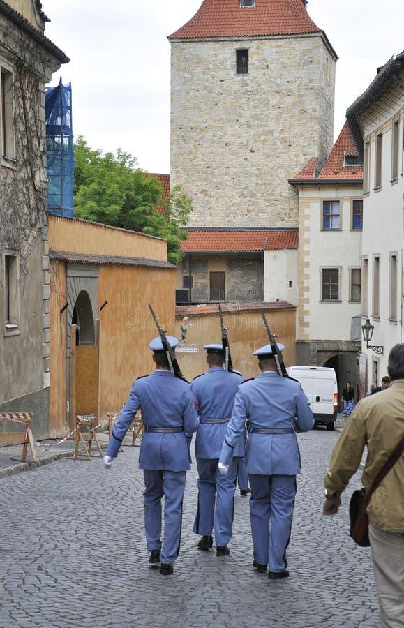 Prague, le 29 août : Patrouille de château de Hradcany de Prague dans la République Tchèque photographie stock