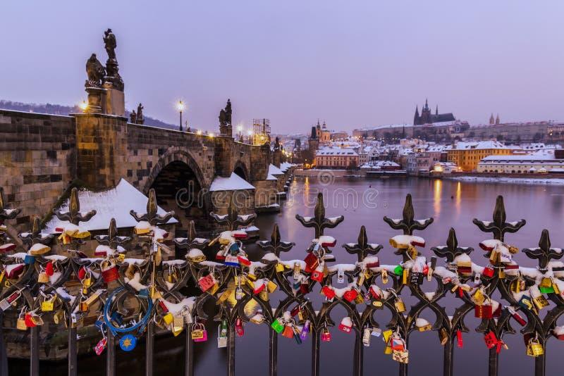 Prague Många förälskelselås på staketet, ett hjärtalås på Charles Bridge arkivfoton