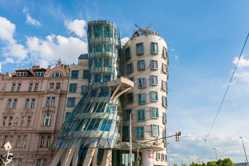 Prague - MAJ 9, 2014: Dansa huset på Maj 9 in royaltyfri foto