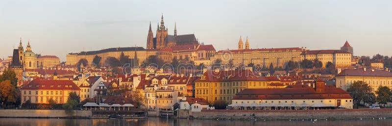 Prague - Mala Strana, slotten och domkyrkan fr?n promenad ?ver den Vltava floden i morgonljuset royaltyfria bilder