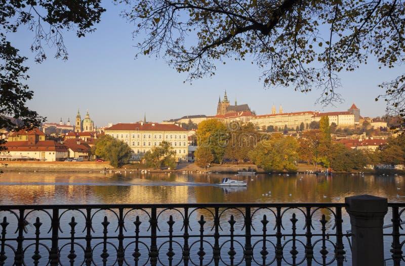 Prague - Mala Strana, slotten och domkyrkan fr?n promenad ?ver den Vltava floden i morgonljuset arkivfoton