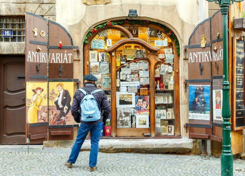 Prague Mostecka gata royaltyfri foto