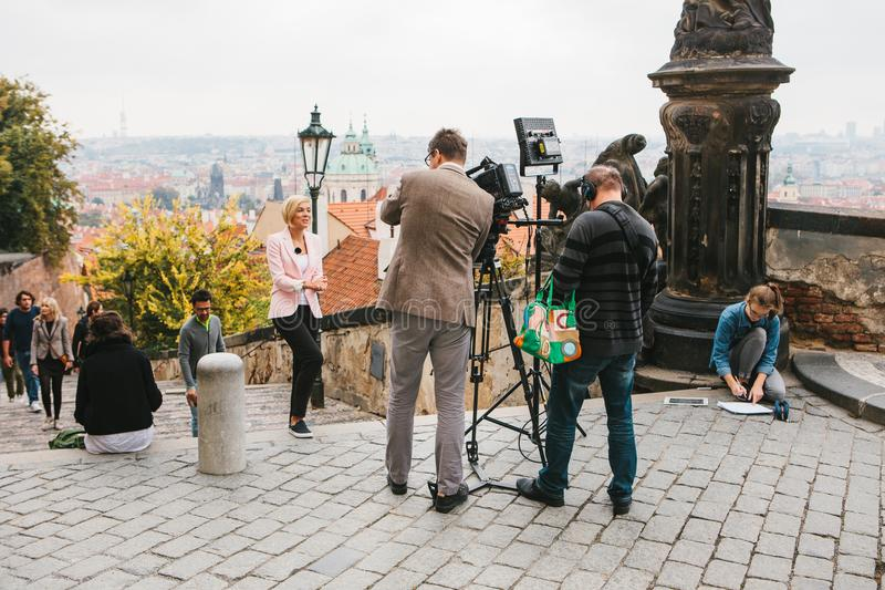 Prague Oktober 28, 2017: Laget av operatörer och journalister skjuter rapporten bredvid den Prague slotten royaltyfria bilder