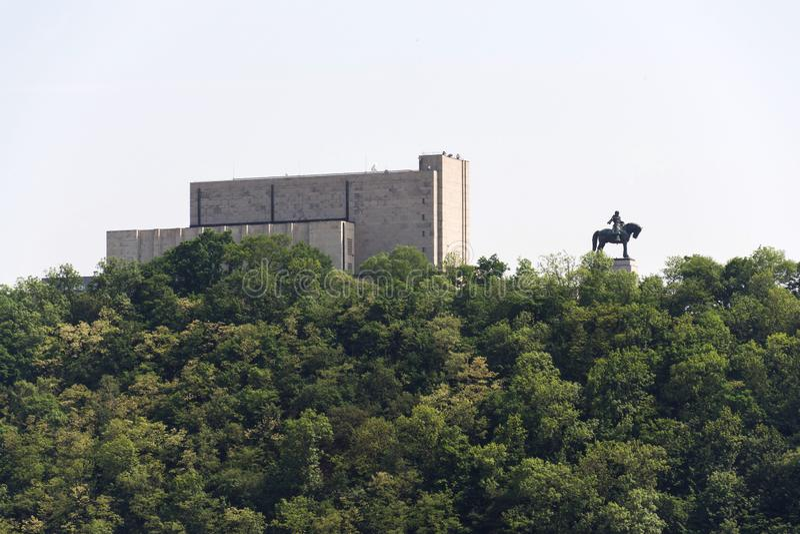 Prague panorama med Jan Zizka den rid- statyn framme av nationella minnes- Vitkov, solig sommardag royaltyfria foton