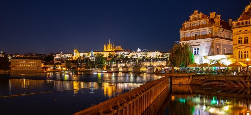 Prague par Night Le château et le Charles Bridge de Prague se sont reflétés en rivière de Vltava Vue de remblai de Smetana Praha, images libres de droits