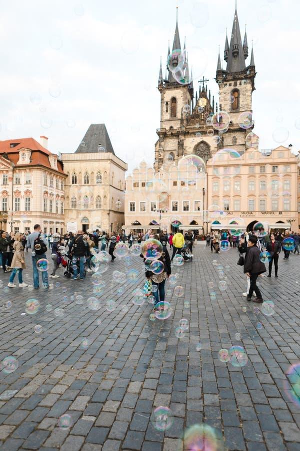 Prague, République Tchèque, 5ème Mai 2011 : Bulles et les gens sur O photos stock
