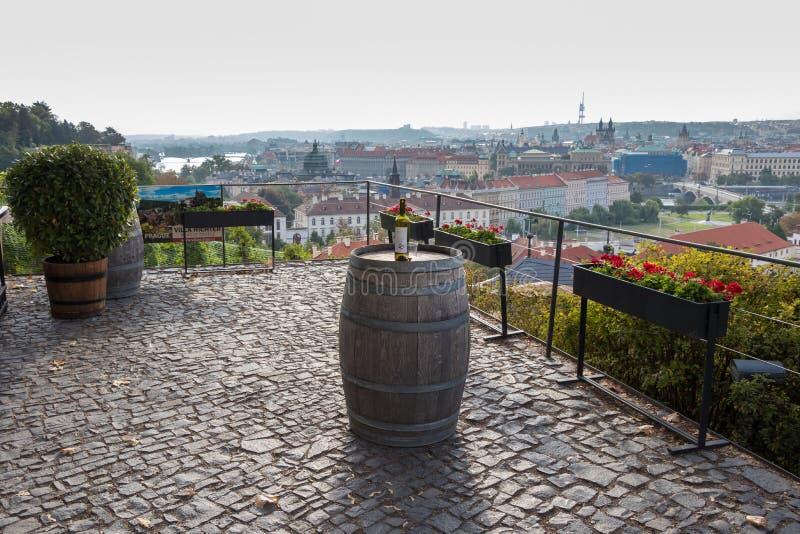 Prague, République Tchèque - 25 août 2018 : Vue pittoresque et romantique au-dessus de Prague avec une bouteille de vin photo libre de droits