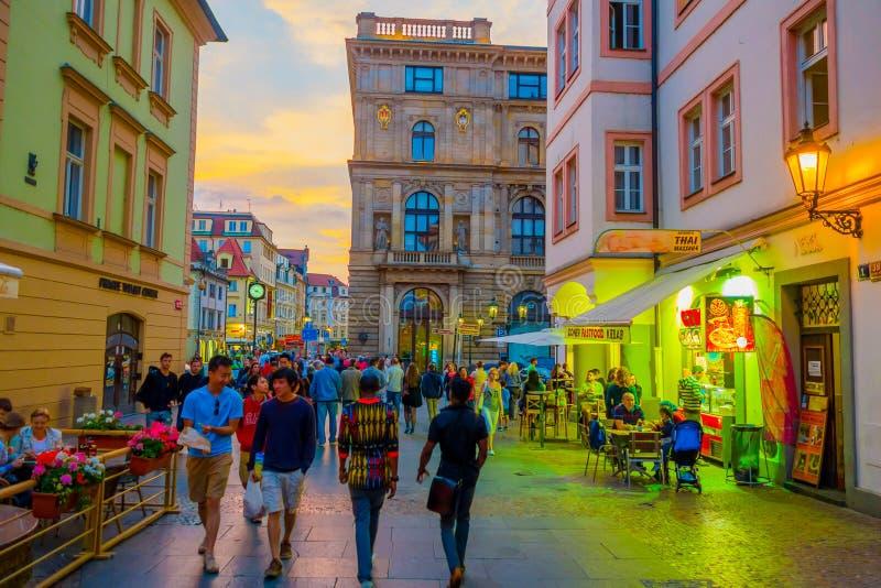 Prague, République Tchèque - 13 août 2015 : Les rues avec du charme de ville sorrounded par de beaux bâtiments vus du niveau de r photos stock