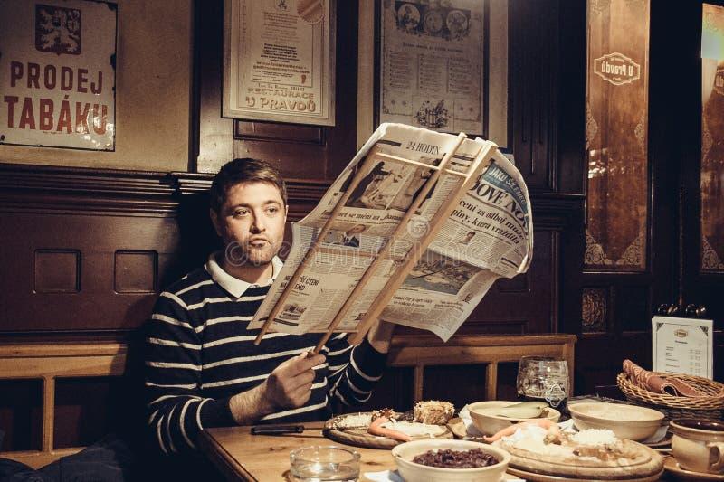 Prague, République Tchèque - 28 AVRIL 2016:homme lisant un journal du soir dans l'un des cafés de Prague le 28 avril 2016 photos stock