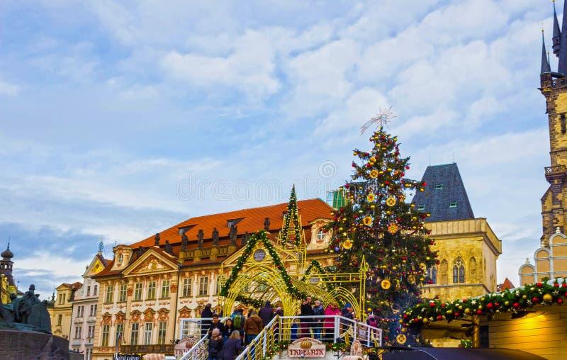 Prague, République Tchèque - 31 décembre 2017 : Arbre de Noël et église de conte de fées de notre Madame Tyn à Prague, tchèque photos libres de droits