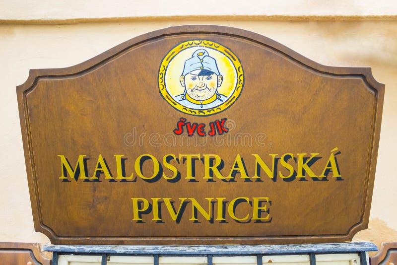 Prague, République Tchèque - 31 décembre 2017 : La plaque de rue à l'entrée principale au bar de bière de Svejk photo libre de droits