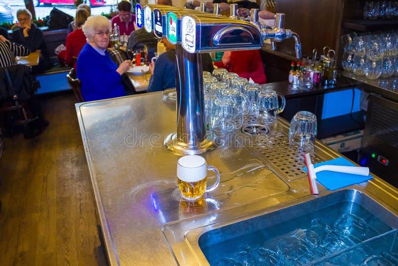 Prague, République Tchèque - 31 décembre 2017 : Un grand choix de bière tape dans un bar à Prague images libres de droits