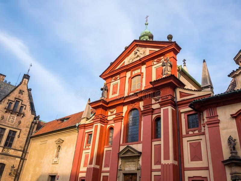 PRAGUE, RÉPUBLIQUE TCHÈQUE - 19 FÉVRIER 2018 : Basilique du ` s de St George dans la vue de face de château de Prague de l'entrée photos stock