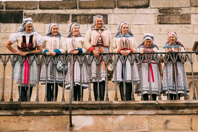 Prague, République Tchèque Femmes dans des vêtements nationaux posant pour la photo photo stock