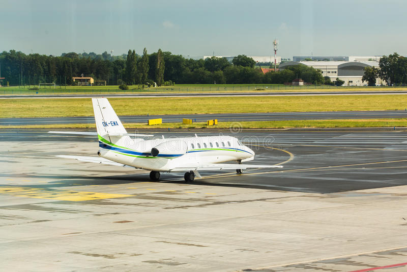 PRAGUE, RÉPUBLIQUE TCHÈQUE - 16 JUIN 2017 : La citation OK-EMA souverain de Cessna 680 prépare pour décoller photos stock