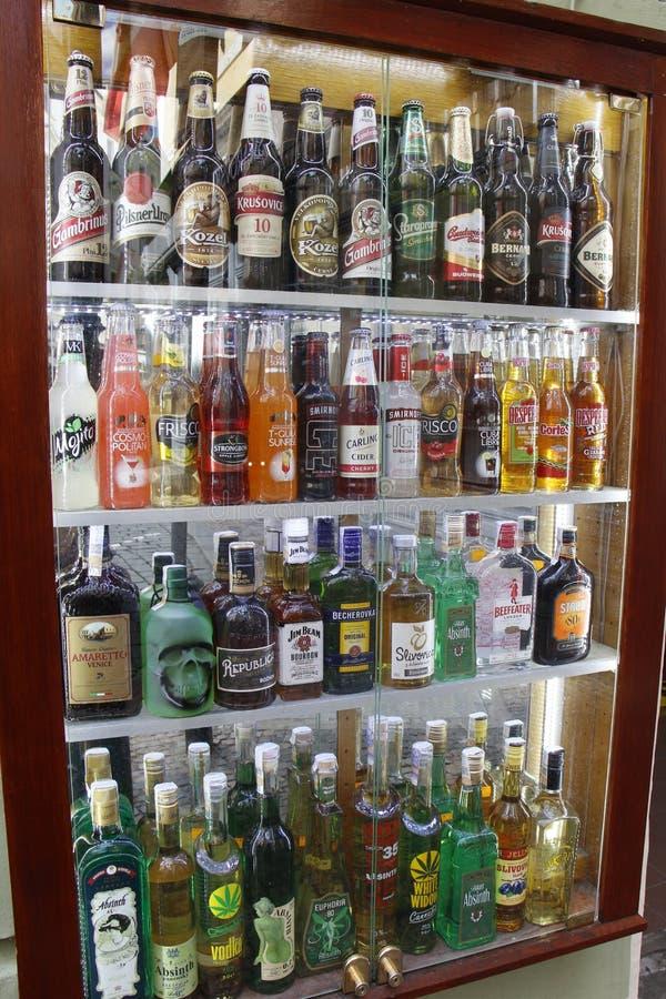 PRAGUE - RÉPUBLIQUE TCHÈQUE, LE 13 AOÛT : Fenêtre de boutique avec de l'alcool et les bouteilles à bières, le 13 août 2018 photo libre de droits