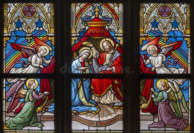 PRAGUE, RÉPUBLIQUE TCHÈQUE, 2018 : Le couronnement de Vierge Marie sur la vitre dans PETRA de svatého de Bazilika d'église un Pa photo stock