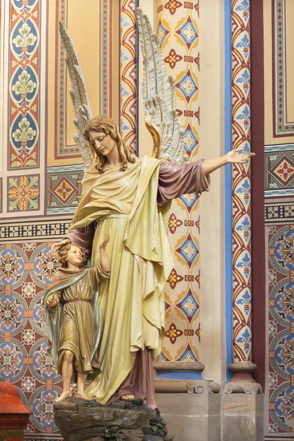 PRAGUE, RÉPUBLIQUE TCHÈQUE, 2018 : Le détail des anges de la statue découpée de l'ange gardien dans l'église Svatého Cyrila Meto images libres de droits