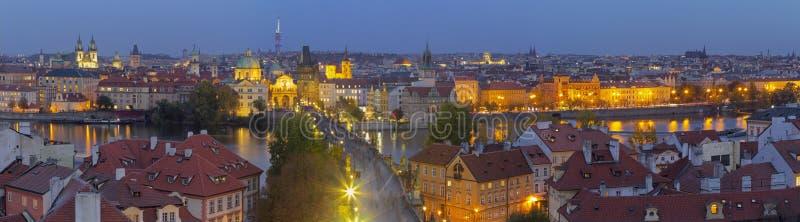 PRAGUE, RÉPUBLIQUE TCHÈQUE, 2018 : Le panorama de la ville avec le pont de Charles et de la vieille ville au crépuscule photo libre de droits