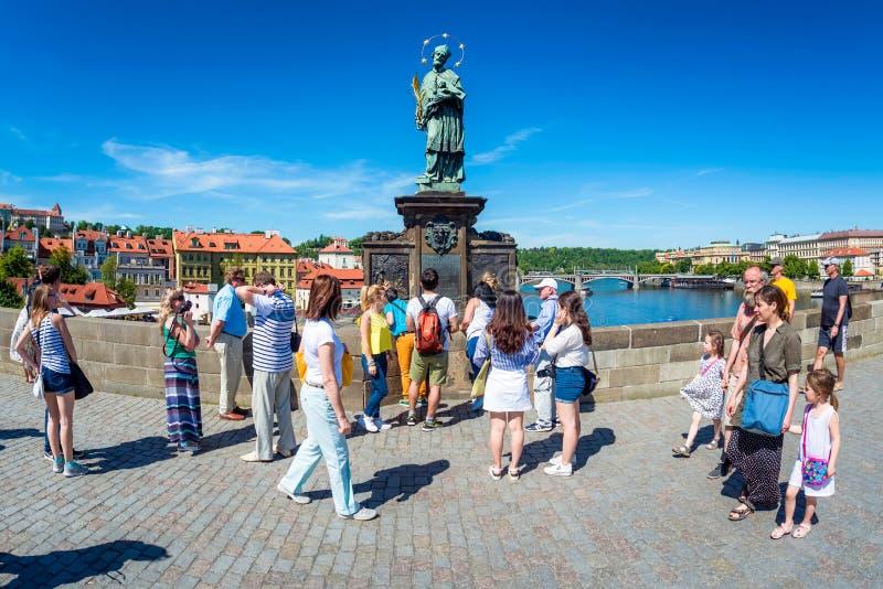 PRAGUE, RÉPUBLIQUE TCHÈQUE - 28 MAI 2017 : Touristes touchant un bronz image libre de droits