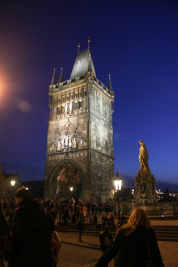 Prague, République Tchèque - mai 2016 : Vue de nuit de la vieille tour de pont de ville sur Charles Bridge photos libres de droits