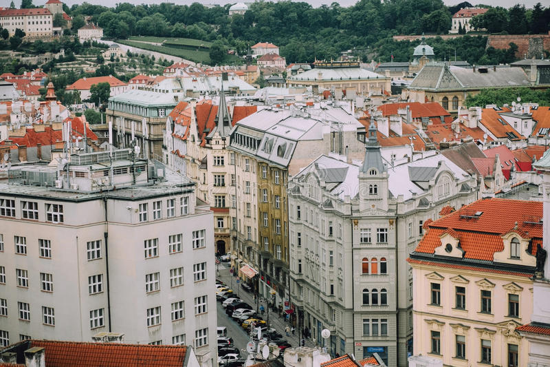 Prague, République Tchèque - mai 2014 Vue du centre de la ville historique, rues, bâtiments, toits rouges image libre de droits