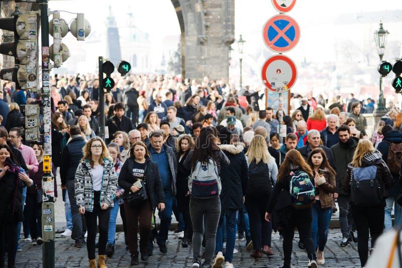Prague, République Tchèque - 10 mars 2018 : foule des personnes sur les rues photographie stock libre de droits