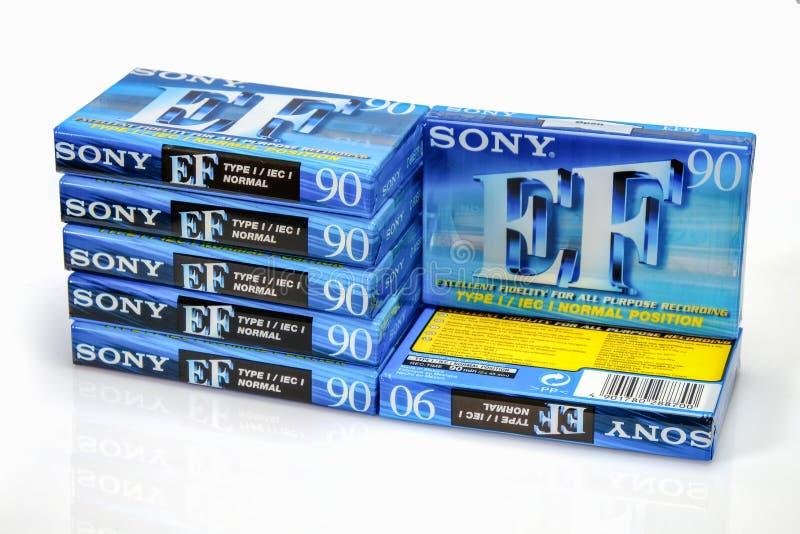 PRAGUE, RÉPUBLIQUE TCHÈQUE - 29 NOVEMBRE 2018 : Actions des cassettes compactes audio Sony 90 E-F Cassette sonore sur un fond bla photo stock