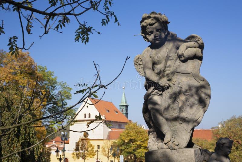 PRAGUE, RÉPUBLIQUE TCHÈQUE - 14 OCTOBRE 2018 : L'ange baroque avant façade de l'église de Loreto - conçue par Kilian Ignac, 1772 images libres de droits