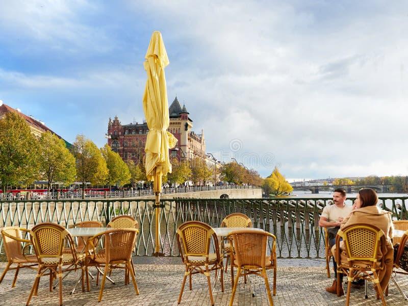 Prague, République Tchèque - 30 octobre 2018, un couple de touristes contemple le mode de vie de Prague dans une chute ensoleillé photographie stock libre de droits