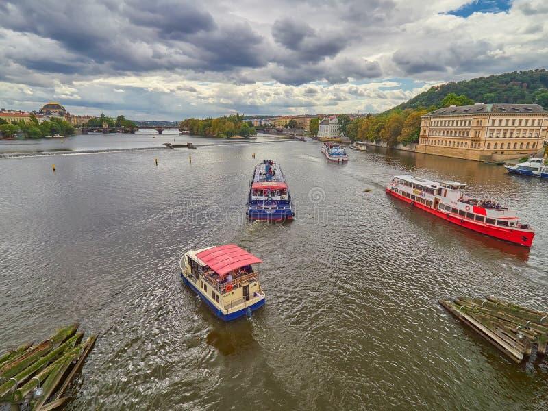 PRAGUE, RÉPUBLIQUE TCHÈQUE - 6 SEPTEMBRE 2017 Croisière de bateau vers le pont de Charles et le Vltava, Prague, République Tchèqu image stock