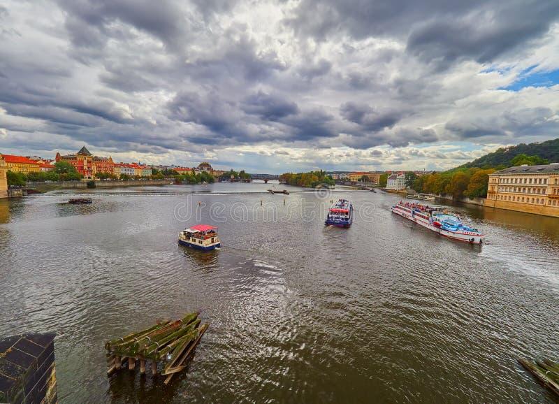PRAGUE, RÉPUBLIQUE TCHÈQUE - 6 SEPTEMBRE 2017 Croisière de bateau vers le pont de Charles et le Vltava, Prague, République Tchèqu photo libre de droits