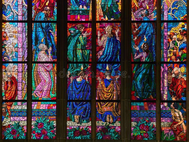 PRAGUE, RÉPUBLIQUE TCHÈQUE - 4 SEPTEMBRE 2017 Fenêtres en verre teinté de St Vitus Cathedral, Prague, République Tchèque image stock