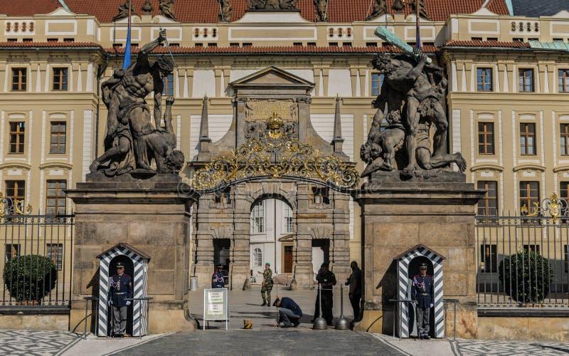 Prague, République Tchèque - septembre, 18, 2019 : Gardes aux statues de lutte de titans à la porte à la première cour chez Hrad image libre de droits