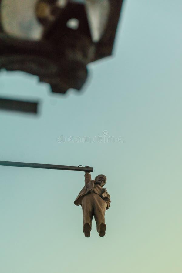 Prague, République Tchèque - 20 septembre 2019 : Sculpture de David Black, accrochant sept pieds Sigmund Freud, vue inférieure photo stock